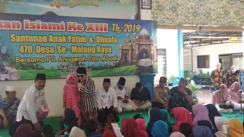 Pekan Islami ke XIII 2019 PT ACA dan bercengkerama dengan anak-anak yang hadir dalam kegiatan santunan (Pipit Anggraeni/MalangTIMES)