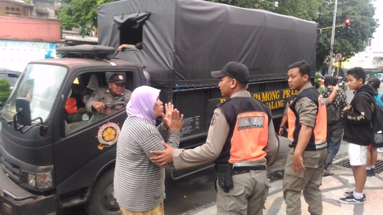 Petugas Satpol dan Dinsos saat melakukan razia anjal dan gepeng (Dinsos Kota Malang)