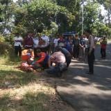 Petugas saat melakukan olah TKP, sebelum akhirnya mengevakuasi korban ke RSSA Malang. (Foto : Istimewa)