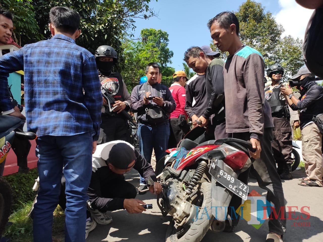 Tim Cobra memeriksa nomor rangka dan nomor mesin sepeda motor di desa Sumberpetung (Foto : Moch. R. Abdul Fatah / Jatim TIMES)