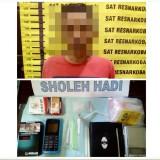 Tersangka Sholeh  beserta barang bukti narkoba saat diamankan jajaran kepolisian Polres Malang, Kabupaten Malang. (Foto : Humas Polres Malang for MalangTIMES)