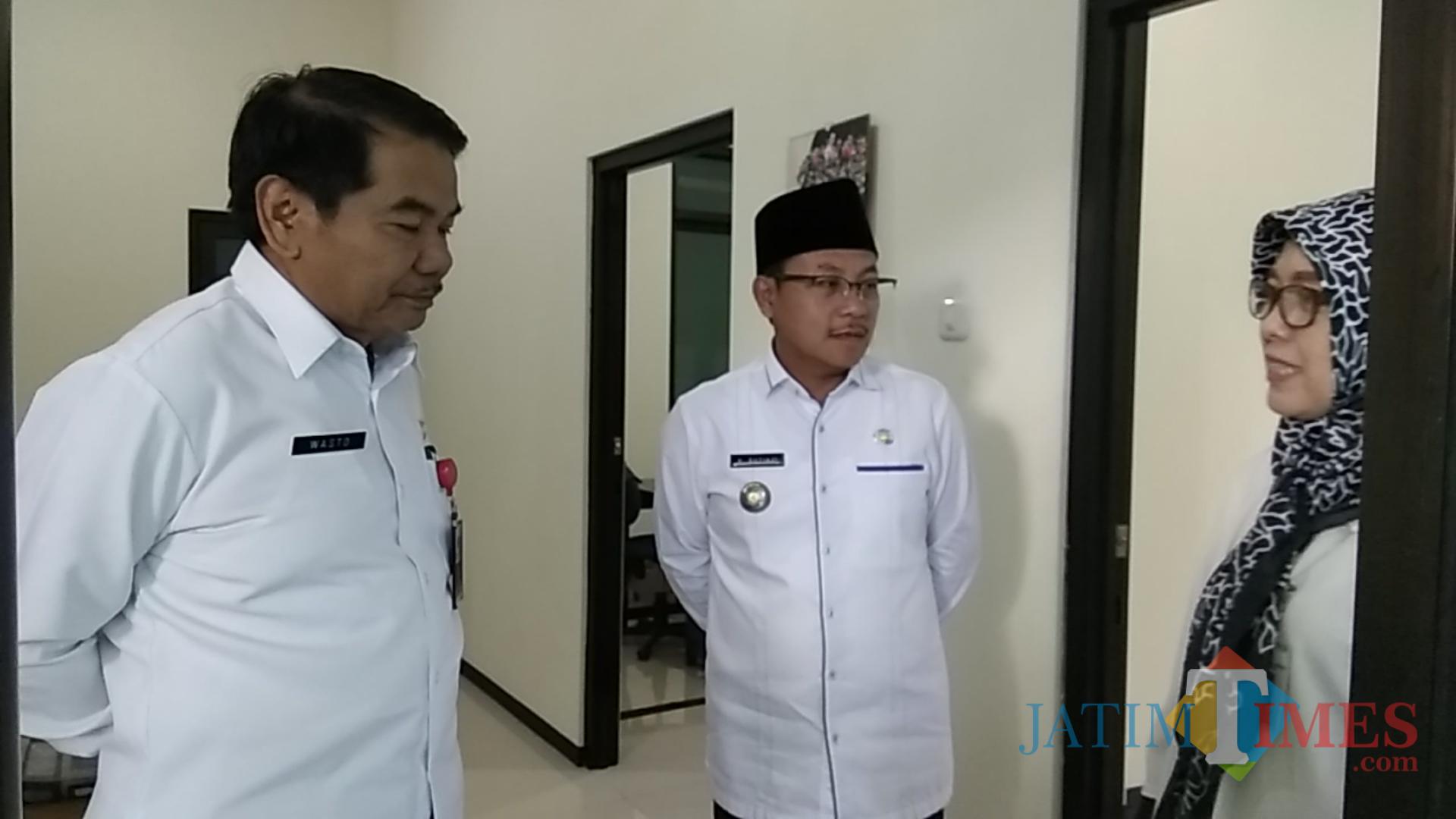 Wali Kota Malang Sutiaji (tengah) saat melakukan sidak di kantor BPR Tugu Artha. (Foto: Nurlayla Ratri/MalangTIMES))