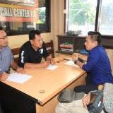 Azis Zein, saat melapor dugaan kasus penipuan dan penggelapan ONH Plus di Mapolres Probolinggo Kota (FPKB)(Agus Salam/Jatim TIMES)