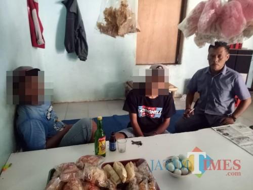 Dua orang remaja (pakai topi) saat mendapat pembinaan dari anggota kepolisian karena menengak miras, Kecamatan Wajak (Foto : Humas Polres Malang for MalangTIMES)