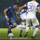 Dedik Setiawan (biru) saat dikawal pemain PSIS Semarang (official Arema FC)