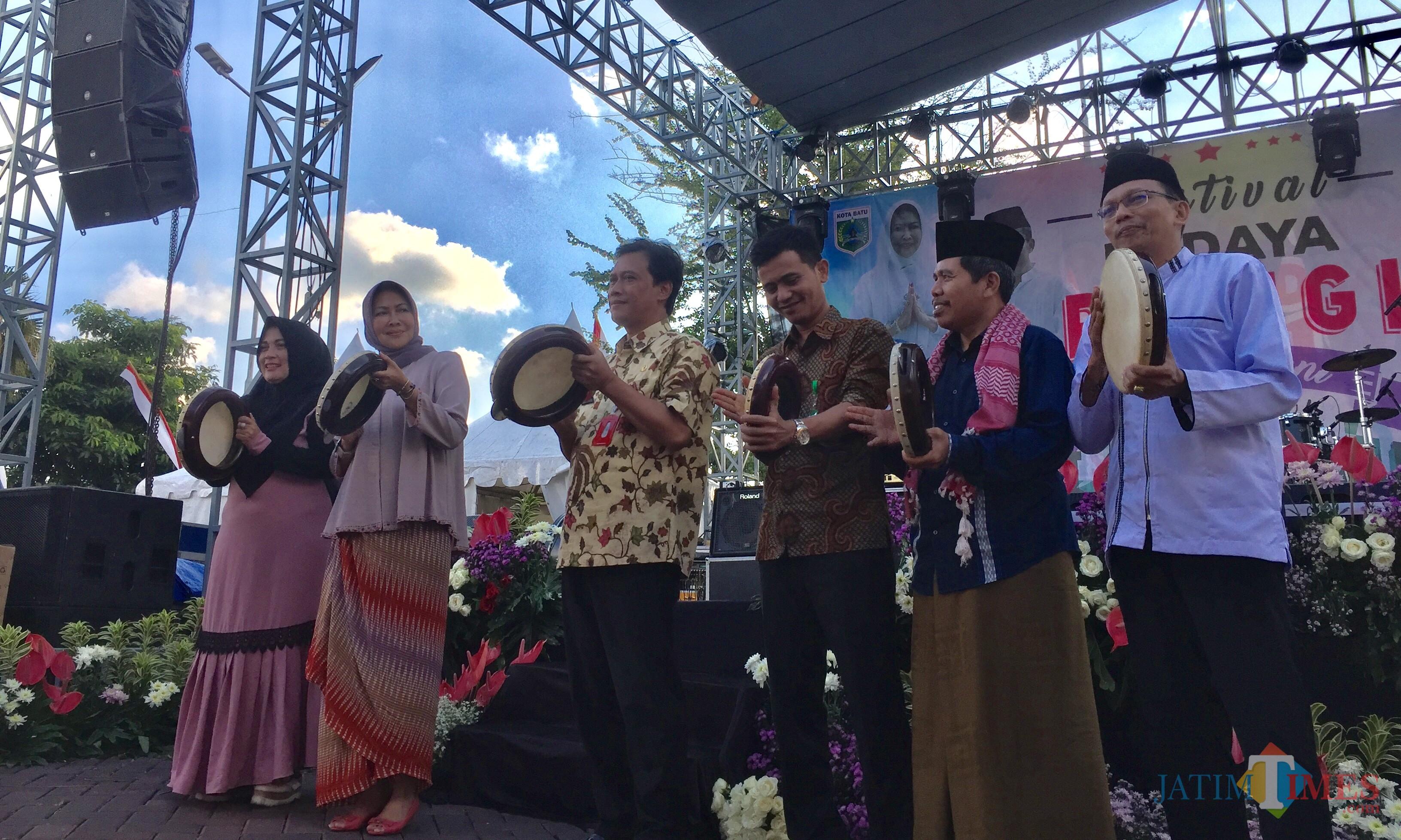 Dua dari kiri Wali Kota Batu saat ke bukan Festival Religi dengan pemukulan rebana di halaman Balai Kota Among Tani, Kamis (23/5/2019). (Foto: Irsya Richa/MalangTIMES)