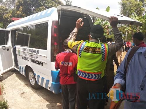 Ilustrasi jenazah korban saat dievakuasi tim medis, Kecamatan Dampit (Foto : Dokumen MalangTIMES)