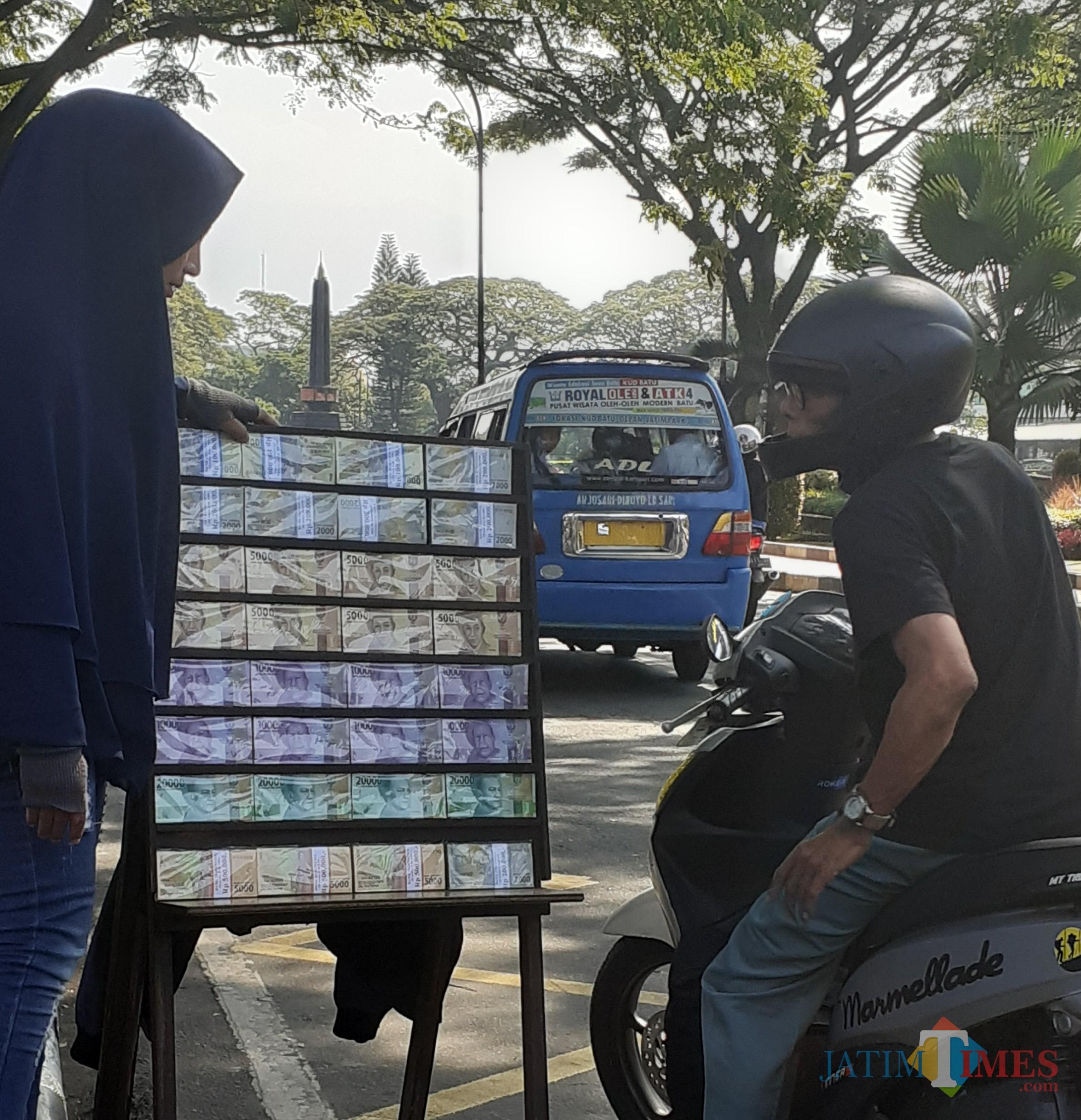 Ilustrasi penyedia jasa tukar uang yang biasa mangkal di pinggir jalan (Arifina Cahyanti Firdausi/MalangTIMES)