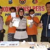 Kapolsek Ngunut, Kompol Siti Nurinsana saat menunjukan barang bukti pil dobel L dan Sabu milik Kirun (foto : Joko Pramono /Jatim Times)