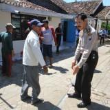 Kaposek Wonoasih Polres Probolinggo Kota menengahi penentuan batas pekarangan  (Agus Salam/Jatim TIMES)