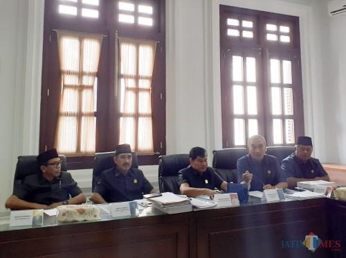 Ketua Komisi A DPRD Kota Malang, Nawang Nugraningwidhi (dua dari kiri) saat memberikan konfirmasi kepada awak media (Arifina Cahyanti Firdausi/MalangTIMES)