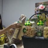 Pekerja tengah mengemas parcel-parcel lebaran. (Foto: Nurlayla Ratri/MalangTIMES)