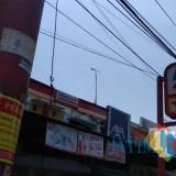 Pemasangan stiker dan banner pengawasan pajak pada reklame Alfamart di Malang pada Oktober 2018 lalu. (Foto: Dokumen MalangTIMES)