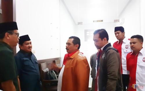 Pihak LIRA Malang Raya (baju merah putih) saat tengah berkoordinasi untuk ikut audiensi di DPRD Kota Malang (Arifina Cahyanti Firdausi/MalangTIMES)