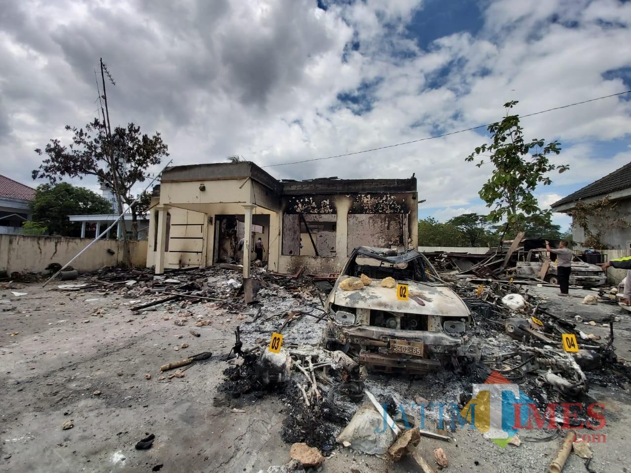 Polsek Tambelangan yang ludes terkena bom molotov
