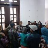 Rombongan wali murid tengah meminta kejelasan soal Zonasi PPDB di Kantor DPRD Kota Malang (foto: Arifina Cahyanti Firdausi/MalangTIMES)