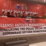 Sejumlah aktivis mahasiswa saat membacakan deklarasi dukungan kepada TNI-Polri. (foto : Moh. Ali Makrus / Jatim TIMES)