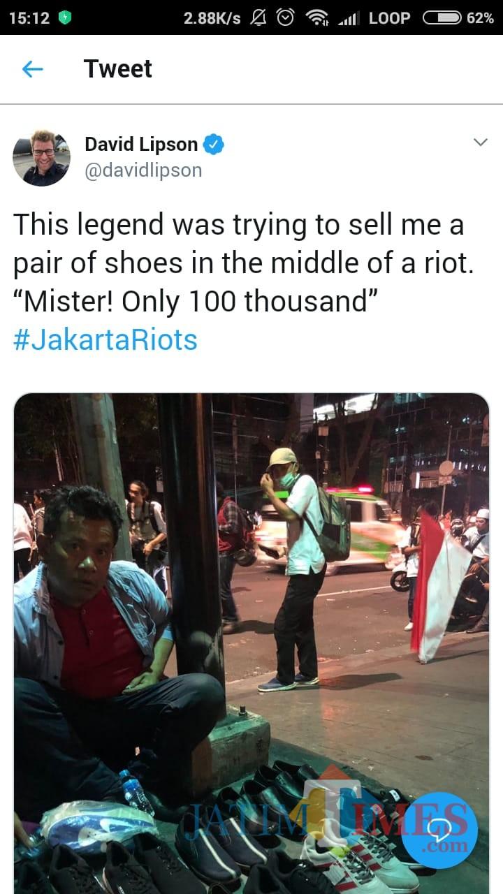 Tangkapan layar unggahan akun David Lipson soal pedagang kaki lima di sela kerusuhan di Jakarta. (Foto: Dokumen MalangTIMES)