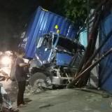 Truk kontainer yang mengalami kecelakaan belum dievakuasi sampai saat ini, jadi tontonan warga (Anggara Sudiongko/MalangTIMES)