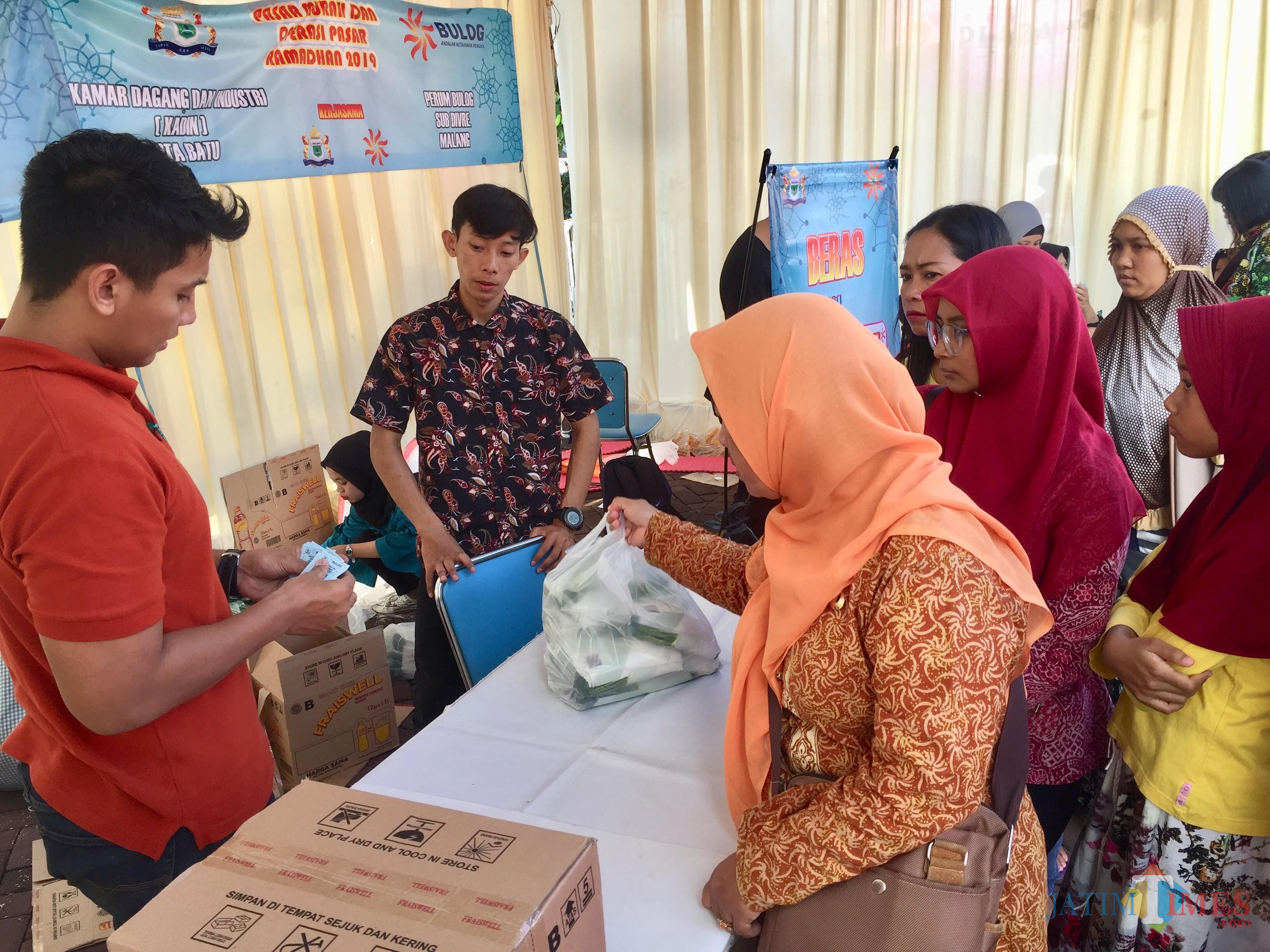 Warga saat mengantri untuk mendapatkan sembako di Pasar Murah Ramadan 2019 di Balai Kota Among Tani. (Foto: Irsya Richa/MalangTIMES)
