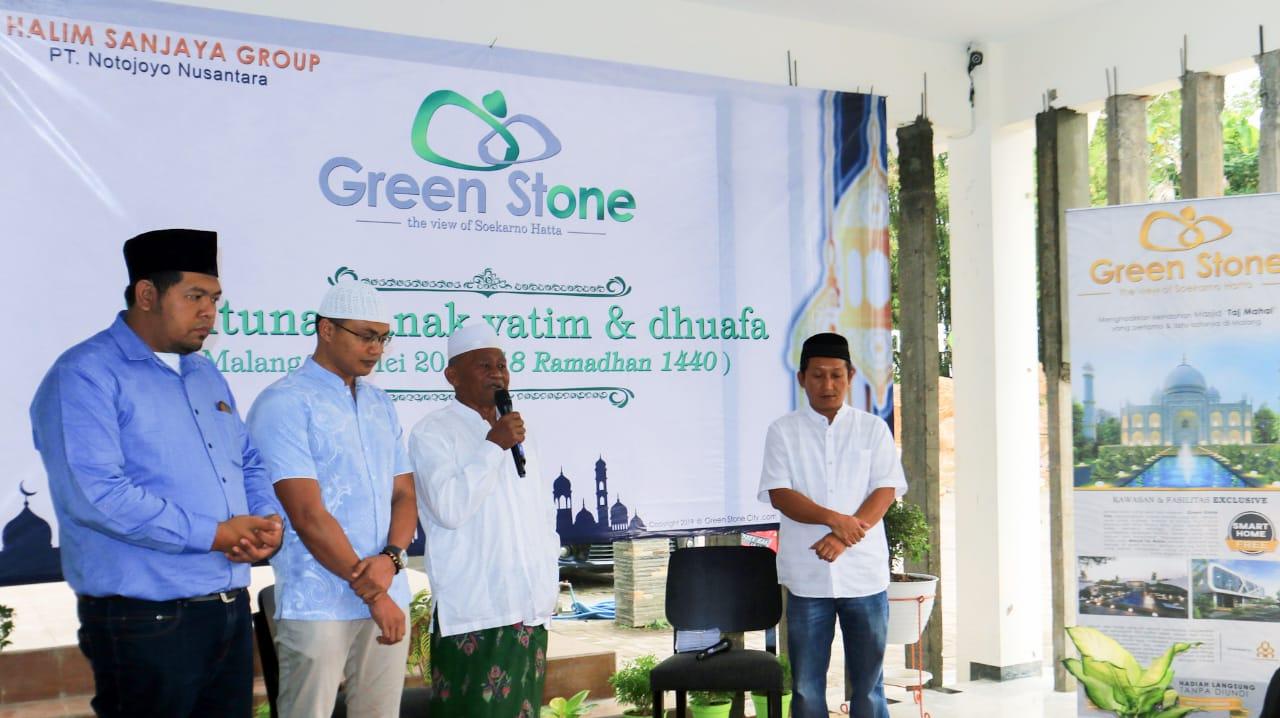 Direktur Utama PT Notojoyo Nusantara (pengembang perumahan Green Stone), Halim Sanjaya (urutan kedua dari kiri) dan Wakil Direktur PT Notojoyo Nusantara, Salman Al Farisy (paling kiri). (Foto: Green Stone for MalangTIMES)