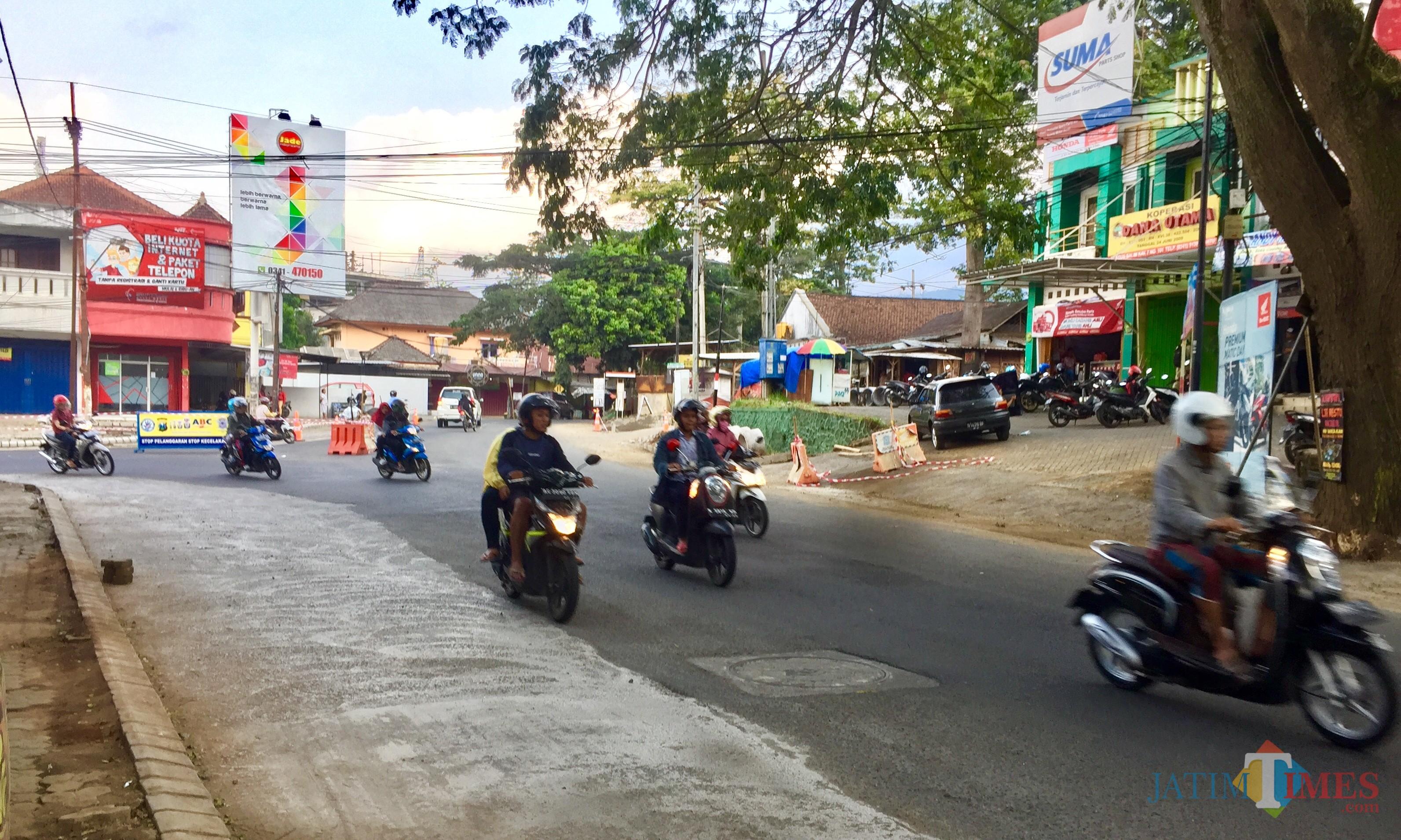 Jalan yang dalam proses pelebaran disimpang empat Jalan Dewi Sartika, Kelurahan Temas, Kecamatan Batu. (Foto: Irsya Richa/MalangTIMES)