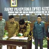 Penandatanganan keputusan perubahan ranperda tentang sistem penyelenggaraan pendidikan di Kota Malang. (Pipit Anggraeni/MalangTIMES).