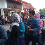 Ratusan warga antre tukar uang baru di halaman Kantor Pemkot Blitar.(Foto : Ist)