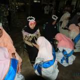 Saat santriwati yang Tahfidz Alquran diwisudu dan dipertemukan dengan orang tua atau wali santri (Agus Salam/Jatim TIMES)