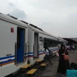 Warga yang akan melakukan perjalanan menggunakan moda transportasi kereta api. (Foto: Nurlayla Ratri/MalangTIMES)