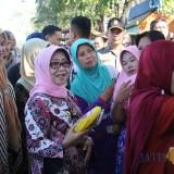 (dua dari kiri) Bupati Jombang Hj Mundjidah Wahab saat melihat situasi operasi pasar di Pasar peterongan Jombang. (Foto : Adi Rosul / JombangTIMES)