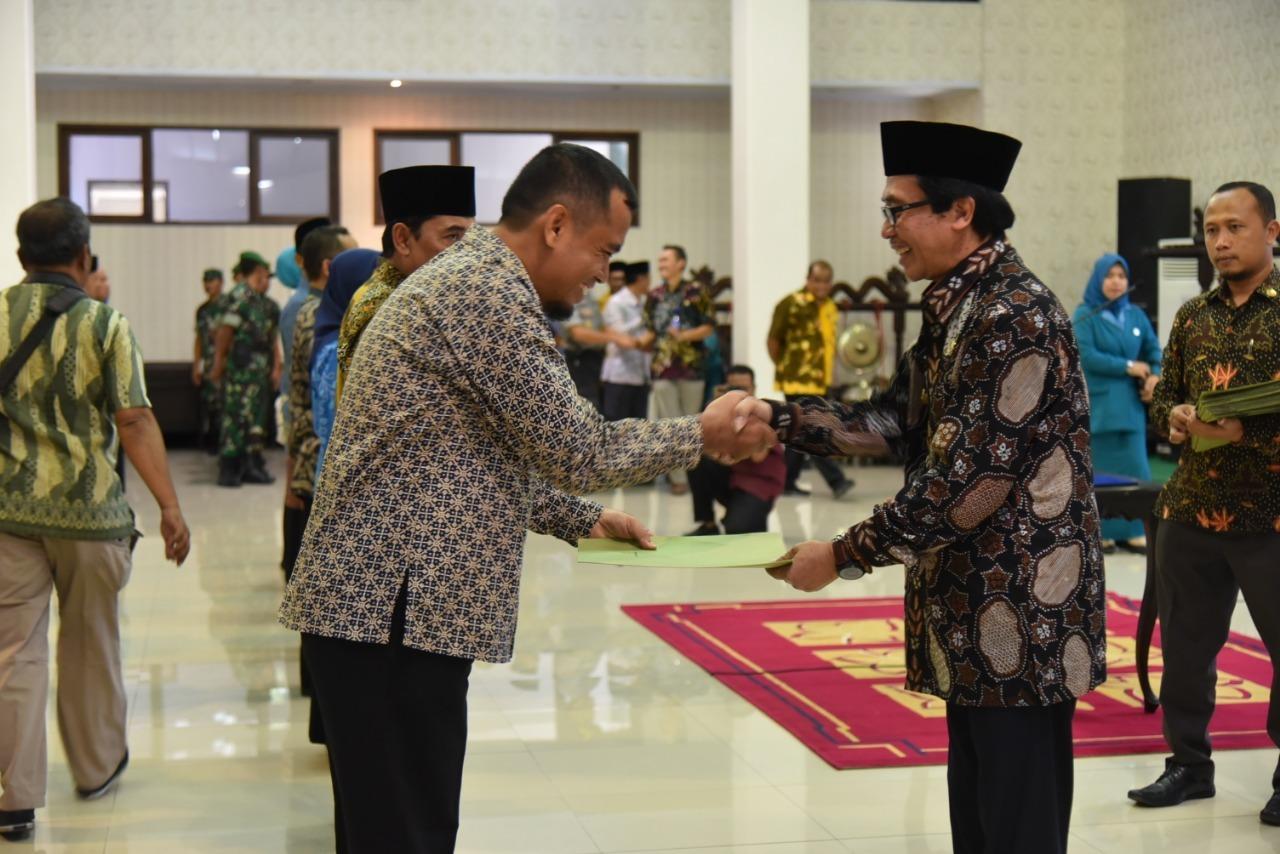 Wakil Bupati Jember saat memberikan ucapan selamat kepada lj kadez yang baru dilantik