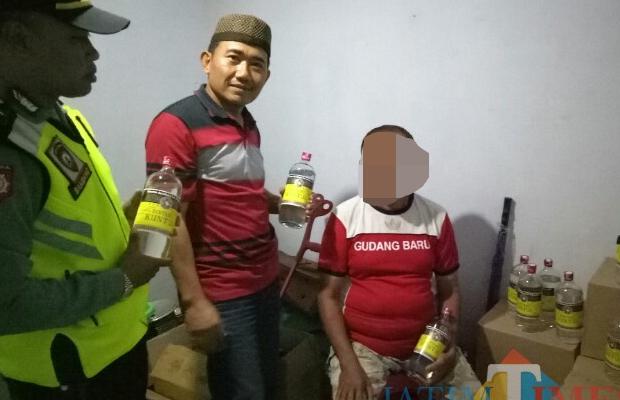 Petugas kepolisian Polsek Wonosari saat mengerebek toko yang menjual miras, Kecamatan Wonosari (Foto : Istimewa)