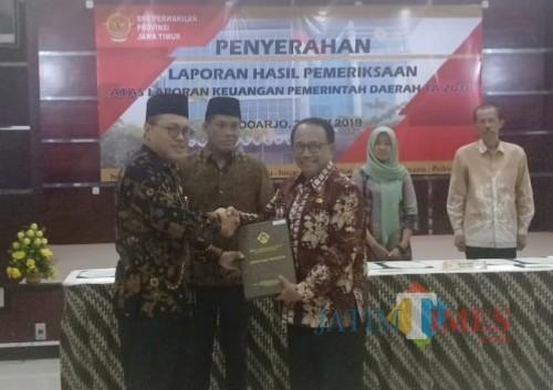 Bupati Rijanto (kanan) mewakili Kabupaten Blitar menerima penghargaan opini WTP dari BPK RI di Surabaya
