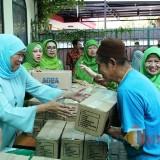 Ketum Muslimat NU Khofifah ketika membagikan paket lebaran