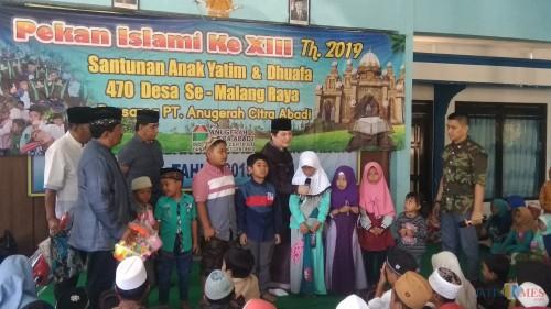 Komisaris Utama PT ACA Iwan Kurniawan (tengah) saat berbincang dengan anak-anak yatim di Kecamatan Gedangan, Kabupaten Malang. (Foto: Nurlayla Ratri/MalangTIMES)