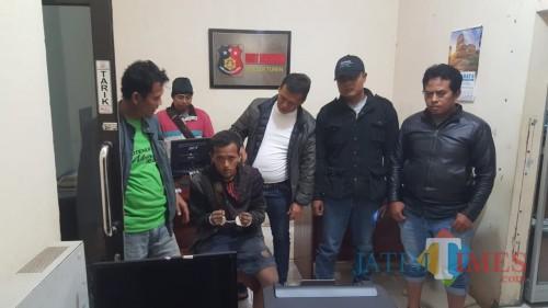 Miftahur Rohman (tangan terborgol) tersangka pencurian saat diamankan ke Polsek Turen, Kabupaten Malang (Foto : Humas Polres Malang for MalangTIMES)