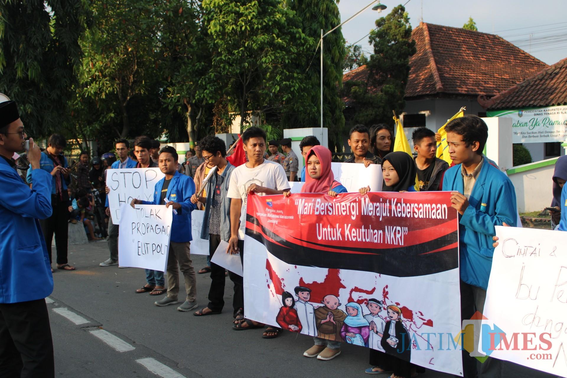 Sejumlah aktivis PMII Jombang saat menggelar aksi di simpang empat Kebonrojo. (Foto : Adi Rosul / JombangTIMES)