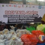 klinik Usaha Mikro Bersama Wirausahawan Kota Kediri Bagikan 1000 Takjil Gratis. Foto (B. Setioko/JatimTIMES)