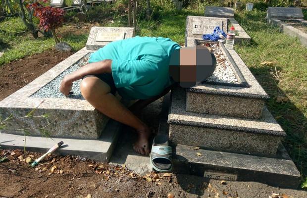 Kondisi jenazah Rokim saat ditemukan meninggal di atas makam anaknya, Kecamatan Singosari (Foto : Humas Polres Malang for MalangTIMES)