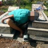 Mengecat Makam Anak, Seorang Purnawirawan TNI Asal Singosari Meninggal Dunia di Nisan