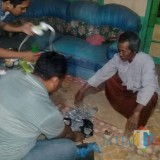 Anggota Resmob Polres Situbondo saat mensita bubuk petasan dari rumah BS (Foto Heru Hartanto / Situbondo TIMES)