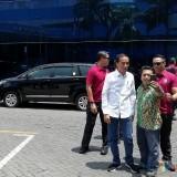 Jokowi asyik melayani masyarakat berfoto bersama dalam setiap acara di Jatim (Nana)