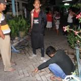 M. Khotib Duduk ditunggui ketua RT dan suami dari perempuan selingkuhannya sebelum dibawa ke Mapolsek Mayangan, Polres Probolinggo Kota (Agus Salam/Jatim TIMES)