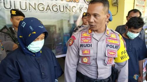 NL saat ditanya oleh kapolsek Kota Tulungagung pada pers release beberapa waktu lalu.  (foto : Joko Pramono/Jatim times)