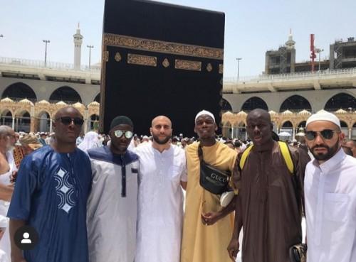 Paul Pogba (tiga dari kanan) saat berfoto bersama rekan dan sahabat ketika menjalankan ibadah umroh dengan latar belakang Ka'bah (@paulpogba).