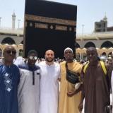 Paul Pogba (tiga dari kanan) saat berfoto bersama rekan dan sahabat ketika menjalankan ibadah umroh dengan latar belakang Ka