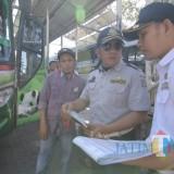Personel Dishub Surabaya saat bertugas di Terminal Purabaya