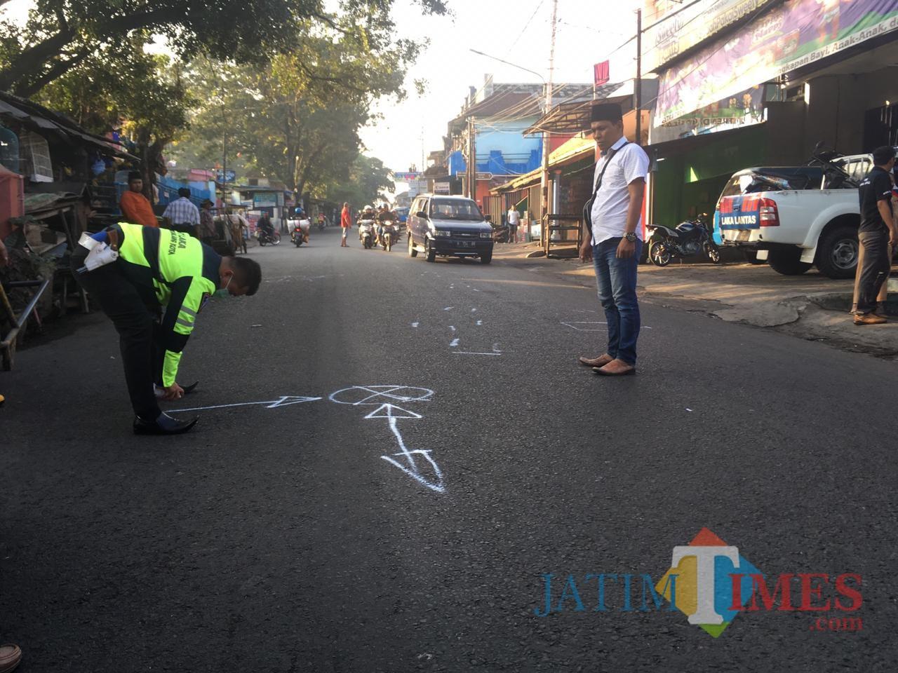 Polisi saat melakukan olah TKP di lokasi kecelakaan (Unit Laka)