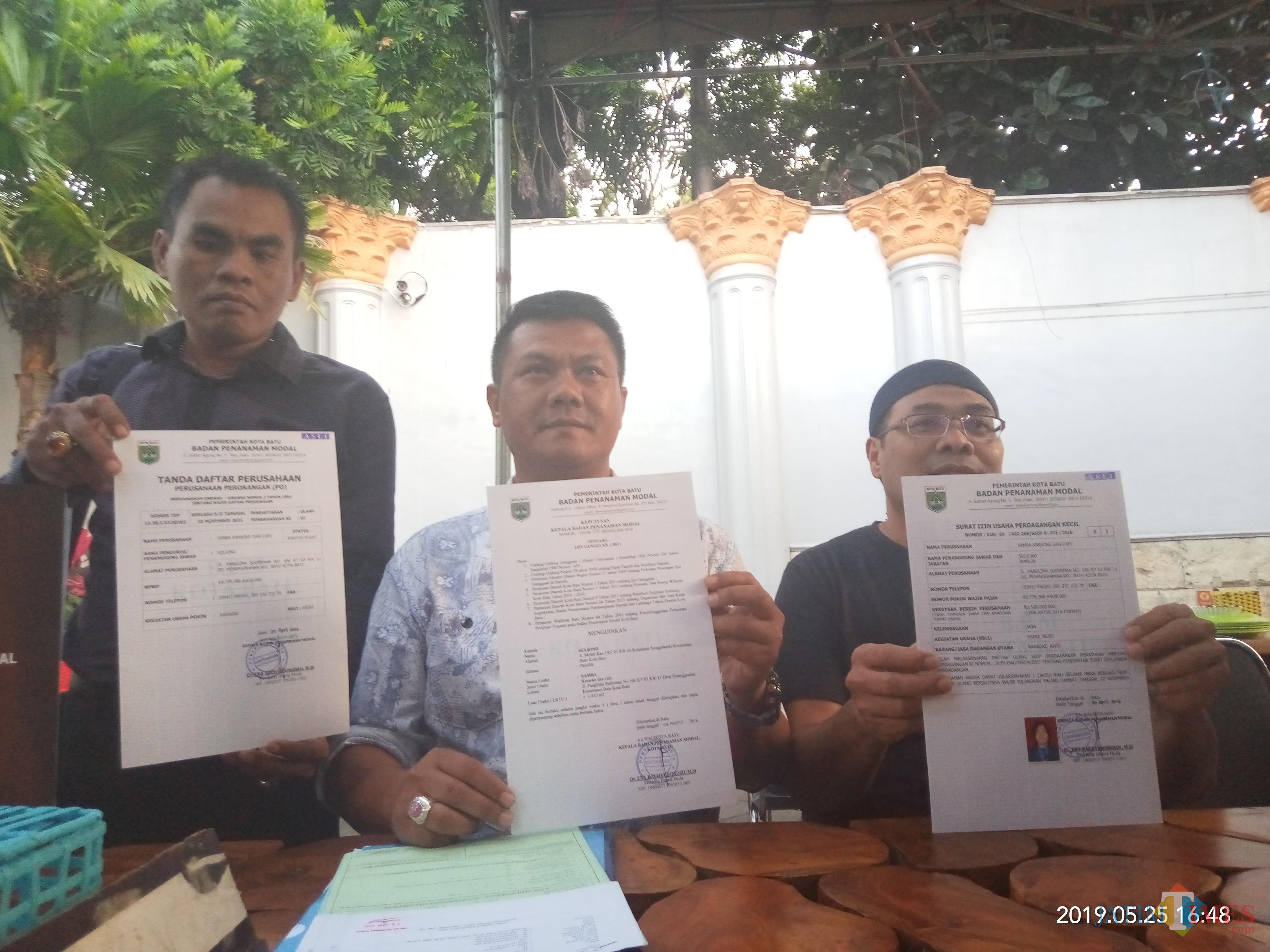 Sumardhan (paling kanan) saat menunjukan beberapa bukti perizinan usaha karaoke Samba. (Anggara Sudiongko/MalangTIMES)